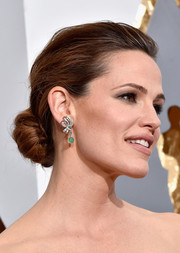 Jennifer Garner paired Neil Lane gemstone drop earrings with a loose bun for total elegance at the Oscars.