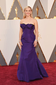 Reese Witherspoon donned a custom Oscar de la Renta corset gown in a gorgeous violet hue for her Oscars red carpet look.