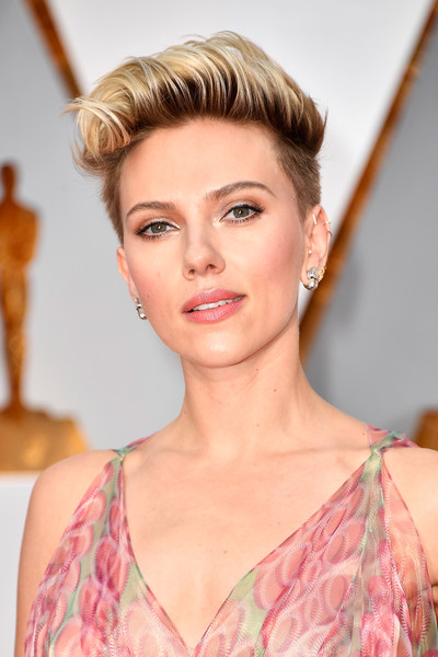 Scarlett Johansson looked totally hip with her fauxhawk at the 2017 Oscars.