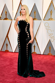 Busy Philipps showed off her curves in a form-fitting strapless velvet gown by Elizabeth Kennedy at the 2017 Oscars.