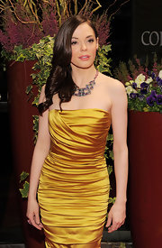 Rose McGowan paired her elegant gown with retro side curls that were perfectly polished.