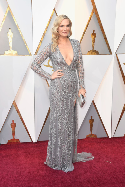 Molly Sims looked perfectly glam in a beaded gray column dress by Naeem Khan at the 2018 Oscars.