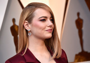 Emma Stone flaunted a gorgeous pair of gemstone chandelier earrings by Louis Vuitton High Jewellery at the 2018 Oscars.