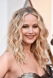 Jennifer Lawrence attended the 2018 Oscars sporting a mussed-up wavy hairstyle.