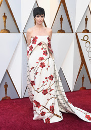 Paz Vega looked splendid in an Oriental-inspired floral off-the-shoulder gown by Christopher Bu at the 2018 Oscars.