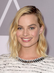 Margot Robbie looked lovely with her shoulder-length waves at the 2018 Academy Awards nominees luncheon.