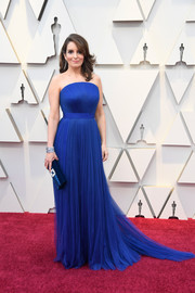 Tina Fey hit the Oscars red carpet looking elegant in a strapless royal-blue gown by Vera Wang.