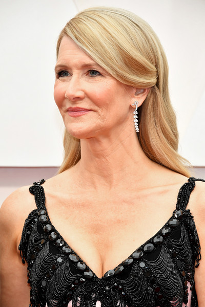 Laura Dern looked demure with her subtly wavy, side-parted 'do at the 2020 Oscars.