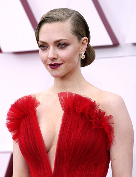 Amanda Seyfried looked vintage-glam wearing this chignon at the 2021 Oscars.