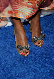 Toccara Jones teamed up her tie-dye dress with a pair of gold peep-toe pumps with sequined bow detail.
