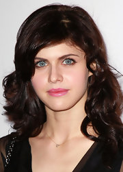 Alexandra Daddario wore a pretty pink lipstick to the Young Hollywood Party.