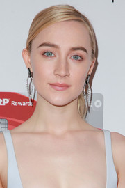 Saoirse Ronan wore a pair of dangling diamond earrings by Nikos Koulis for a more elegant finish.