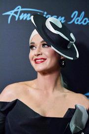 Katy Perry looked fancy wearing this black-and-white hat at the 'American Idol' finale.'