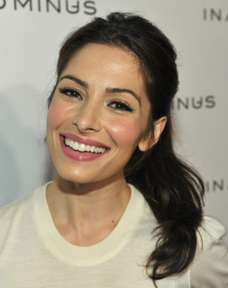 Sarah Shahi let her beauty shine by pulling her brunette tresses back in a soft ponytail. She completed her look with a light application of pink gloss.
