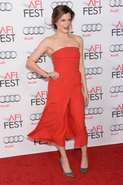 Kathryn Hahn attended the screening of 'The Secret Life of Walter Mitty' wearing a simple yet chic red strapless dress.