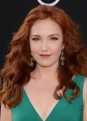 Amy Yasbeck kept her look vivacious as ever with a natural and this wavy 'do.