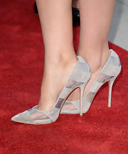 Simple gray pumps topped off Rose's unassuming red carpet look.