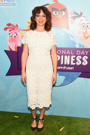 Maya Rudolph paired her lovely dress with black ankle-tie pumps.