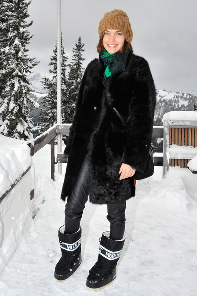 Arizona Muse kept warm in a pair of Tecnica Moon Boots.