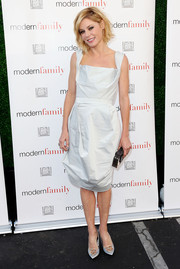 Julie Bowen complemented her dress with embellished gray pumps by Nicholas Kirkwood.