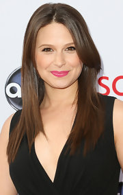 A bright pink lipstick brightened up Katie Lowes' whole beauty look!