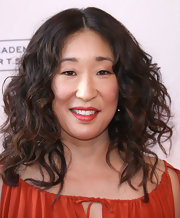 Sandra Oh wore her hair in a voluminous curls for an Evening With Shonda Rhimes and Friends.