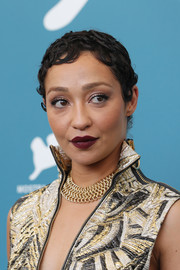 Ruth Negga completed her metallic jacquard outfit with a statement gold chain necklace by Beladora.