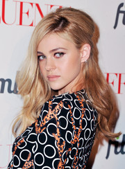 Nicola Peltz attended the 'Affluenza' premiere wearing a retro-sexy half-up hairstyle.