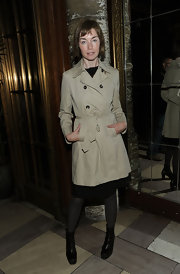 Actress Julianne Nicholson showed off one of the hottest spring must-haves, a khaki trench coat. She paired her coat with black leggings and ankle boots.