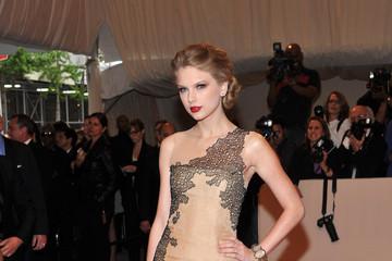 Taylor Swift Is Absolutely Elegant in J. Mendel Couture at the 2011 Met Gala