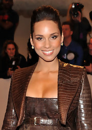 Alicia Keys paired her brown crocodile ensemble with matching bronzed eye shadow that was softly swept across her upper lids.