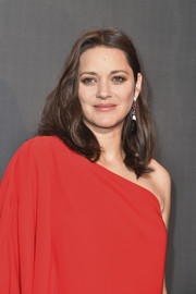 Marion Cotillard wore her hair down to her shoulders in a center-parted wavy style during the Paris premiere of 'Allied.'