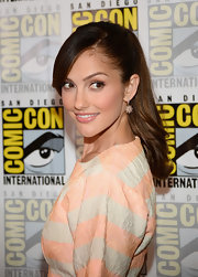 Minka Kelly showed us how to rock a summery ponytail at Comic-Con.