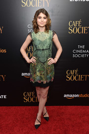 Sami Gayle paired her dress with black diagonal-strap pumps.