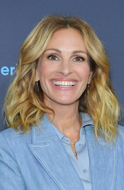 Julia Roberts framed her face with stylish shoulder-length waves for the 'Homecoming' FYC screening.