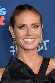 Heidi Klum jazzed up her simple 'do with a huge pair of geometric earrings.