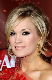 Carrie Underwood added a little gleam to her look with soft copper shadow and a swipe of nude lipstick.