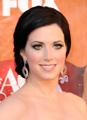 Shawna Thompson accentuated her lovely face with a pair of dangling diamond earrings at the 2011 American Country Awards.