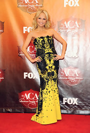 The hostess of the night closed out the American Country Awards red carpet in a black and yellow strapless gown with a beautiful abstract inkblot print.