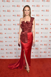 Catt Sadler looked tres chic in a two-tone, architectural-bodice one-shoulder gown by Oscar de la Renta during the American Heart Association Go Red for Women event.