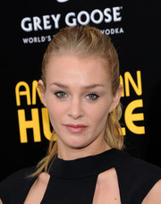 Elizabeth Gilpin attended the 'American Hustle' NYC premiere  wearing a messy-chic ponytail.
