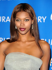 Model Jessica White rocked the red carpet in a gorgeous strapless gown that featured a purple and black hemline. She kept her beauty looks simple, opting for straight hair and bright glossy red lips.