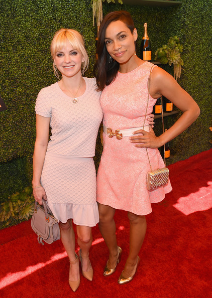 Anna Faris Pumps [red carpet,clothing,carpet,red,pink,dress,cocktail dress,fashion,flooring,event,anna faris,rosario dawson,los angeles,pacific palisades,california,will rogers state historic park,l,veuve clicquot polo classic]