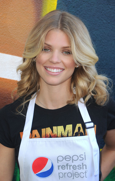 AnnaLynne McCord Medium Curls