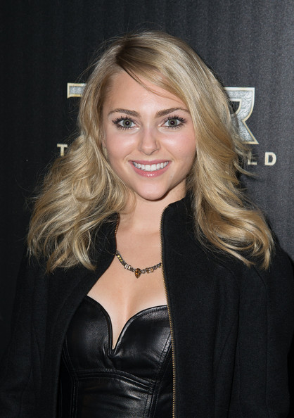 AnnaSophia Robb Feathered Flip