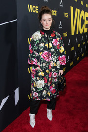 Kaitlyn Dever was all abloom in this floral coat at the premiere of 'Vice.'
