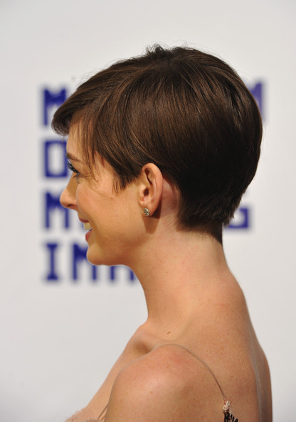Anne Hathaway Short Side Part [museum of moving image,hair,face,hairstyle,shoulder,chin,neck,forehead,skin,joint,back,new york city,cipriani wall street,anne hathaway,hugh jackman]