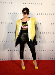 Noomi Rapace completed her outfit with black leather capris, also by Moschino.