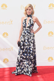 Julie Bowen looked breezy on the Emmys red carpet in a Peter Som halter gown with a navel-grazing keyhole neckline and a blurry floral print.