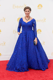 Mayim Bialik looked very queenly in a long-sleeve cobalt lace gown by Oliver Tolentino during the Emmys.